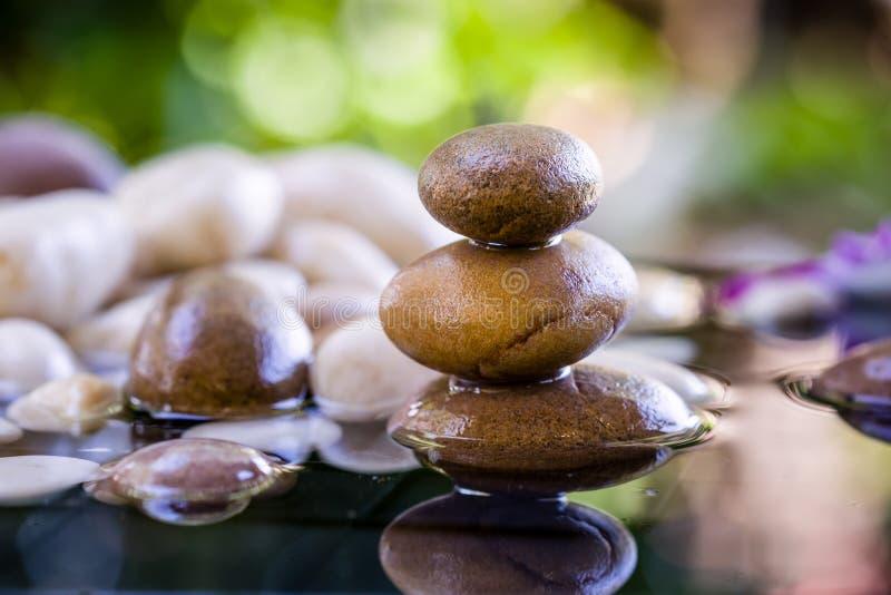 Pierres empilées par zen avec la réflexion de l'eau photographie stock