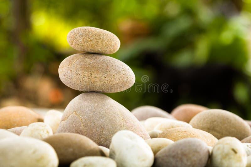 Pierres empilées par zen sur le fond de nature photographie stock libre de droits