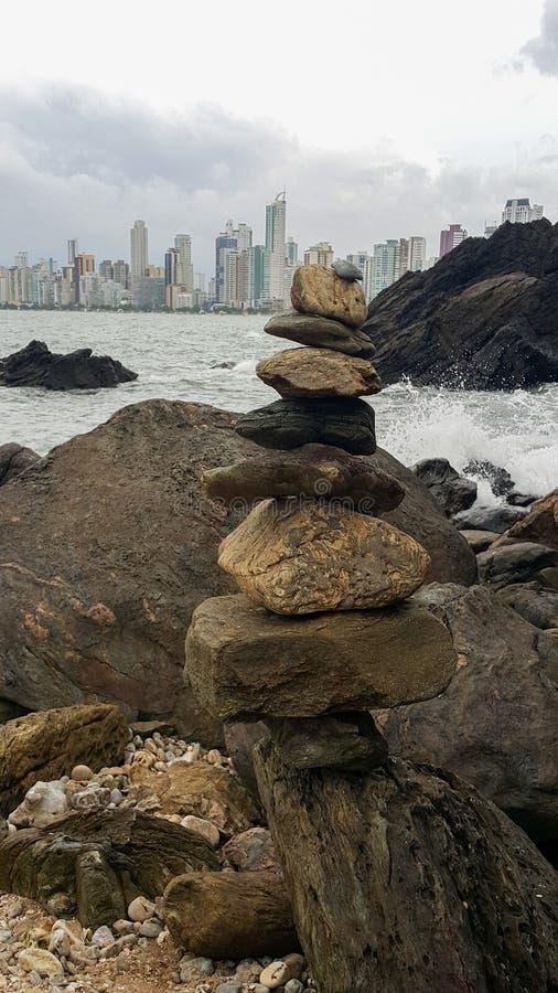 Pierres empilées sur la plage, Balneário Camboriú, Brésil photo stock