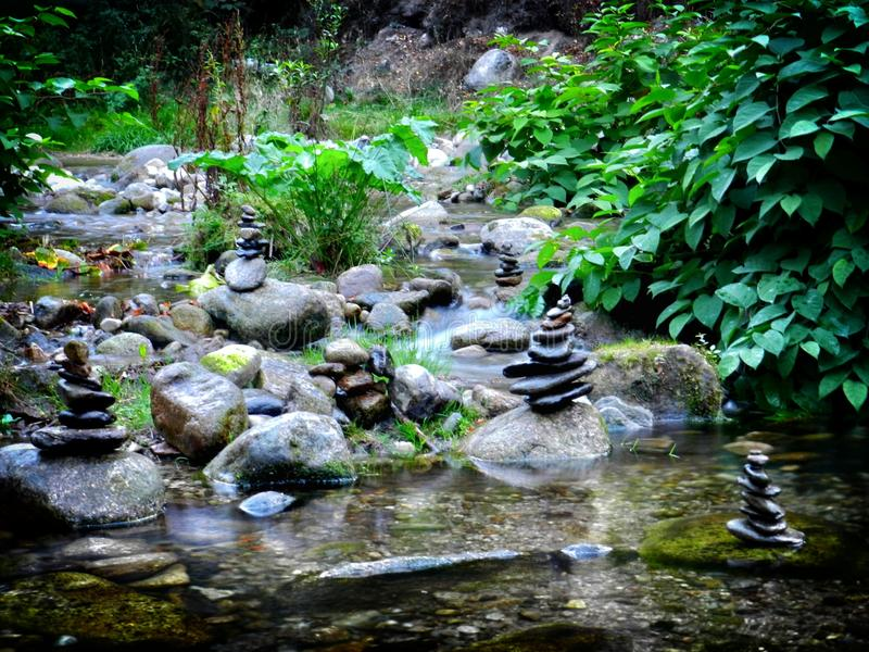 Pierres empilées sur la rivière image libre de droits