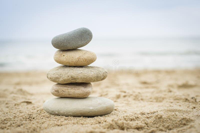 Pierres empilées sur une plage de sable image libre de droits