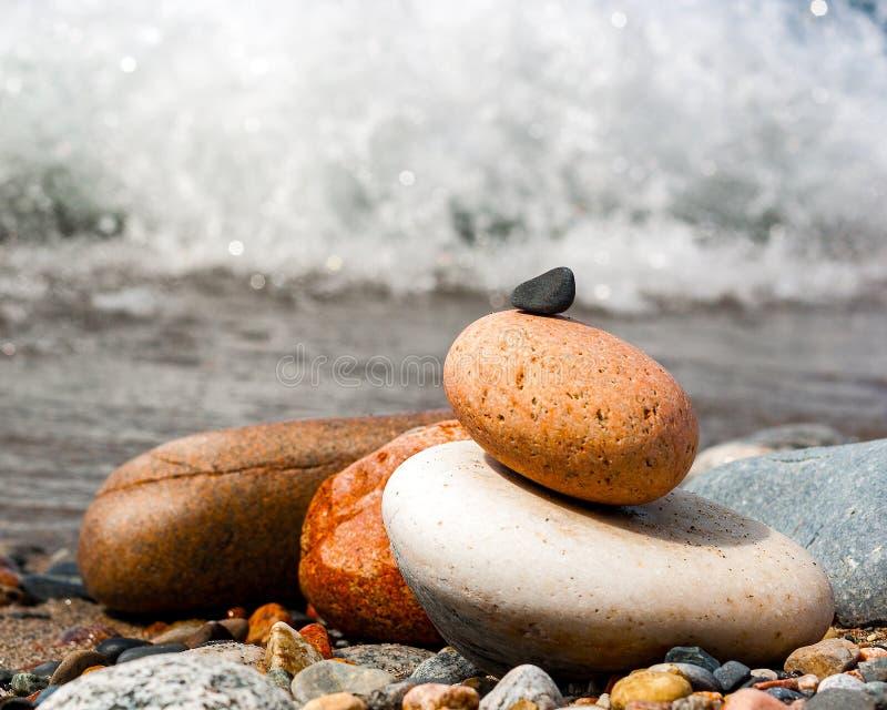 Pierres empilées sur une plage rocheuse photo libre de droits
