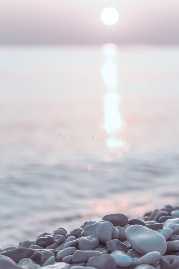 Pierres et eau humides de caillou au bord de la mer de matin images libres de droits