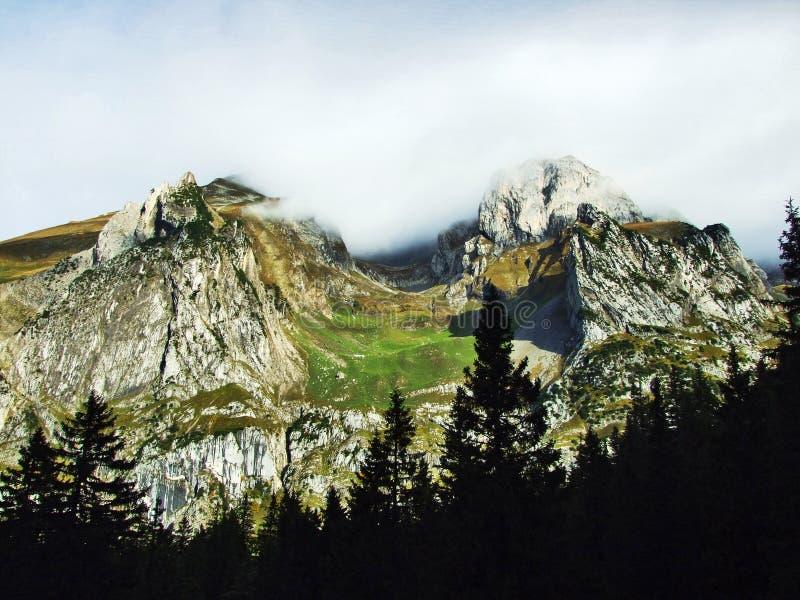 Pierres et roches du massif Alpstein de montagne images libres de droits