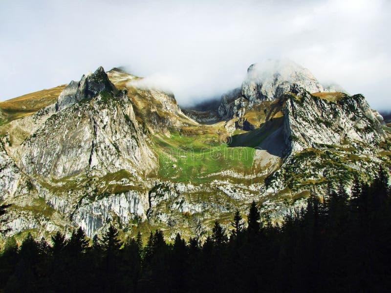Pierres et roches du massif Alpstein de montagne photo stock