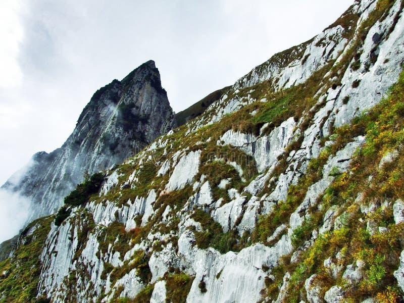 Pierres et roches du massif Alpstein de montagne image stock