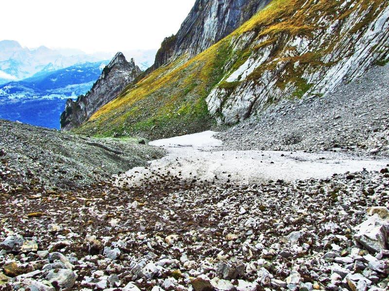 Pierres et roches du massif Alpstein de montagne photographie stock