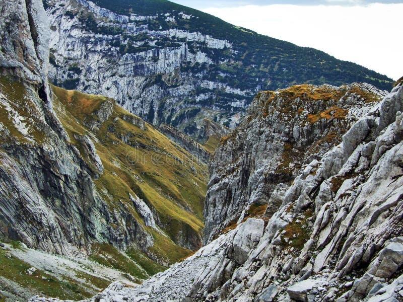Pierres et roches du massif Alpstein de montagne images stock