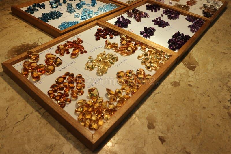 Pierres gemmes brésiliennes précieuses et de Colorfull images stock