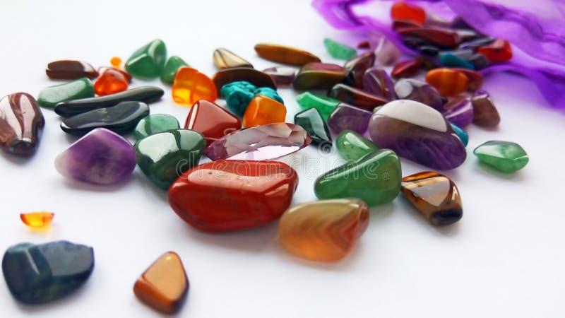 Pierres gemmes et gemmes semi précieuses colorées lumineuses multiples pour la décoration photo libre de droits