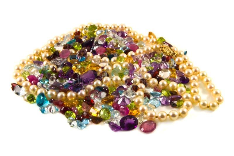 Pierres gemmes facettées avec des perles image libre de droits