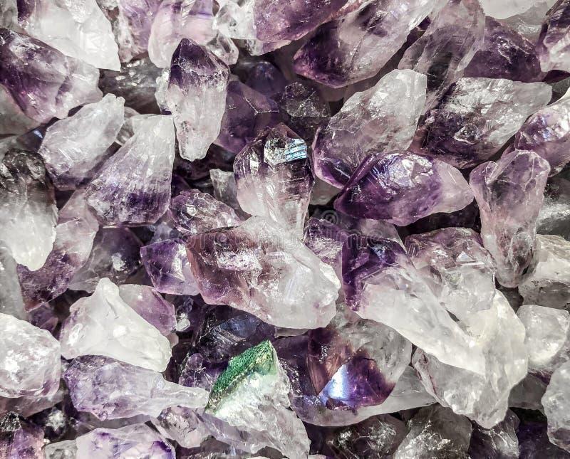 Pierres gemmes pourpres de quartz en vrac image libre de droits