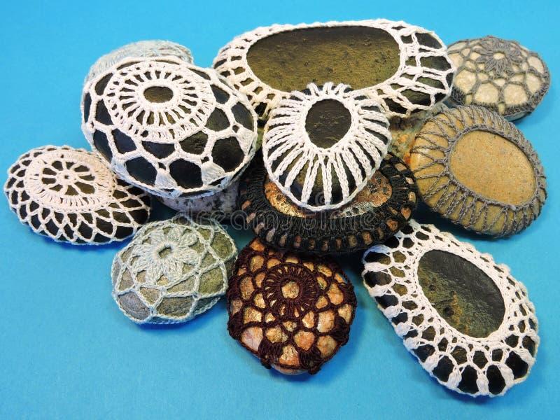 Pierres peintes et faites du crochet naturelles photographie stock
