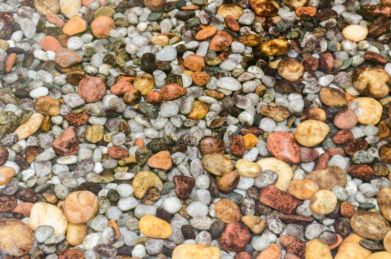 Pierres rondes colorées sous l'eau photographie stock