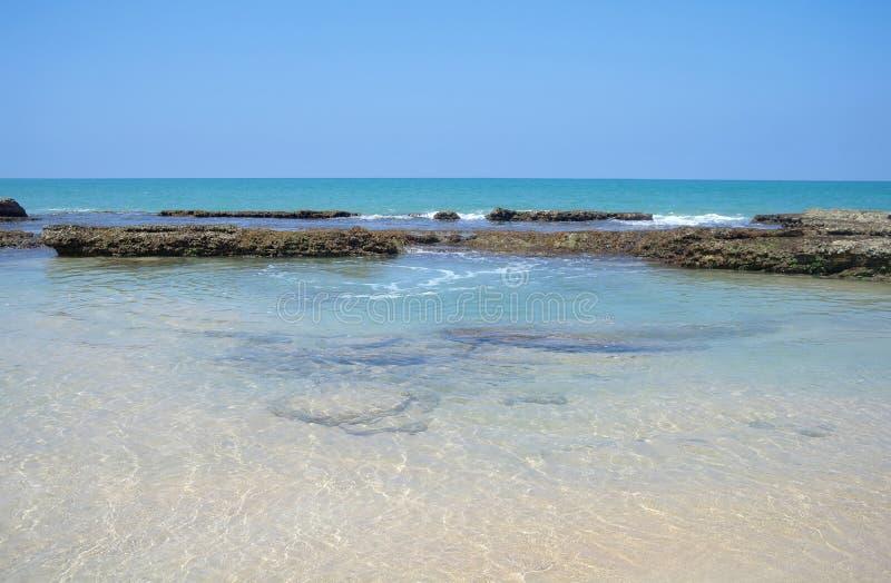 Pierres sur la plage de sable photographie stock
