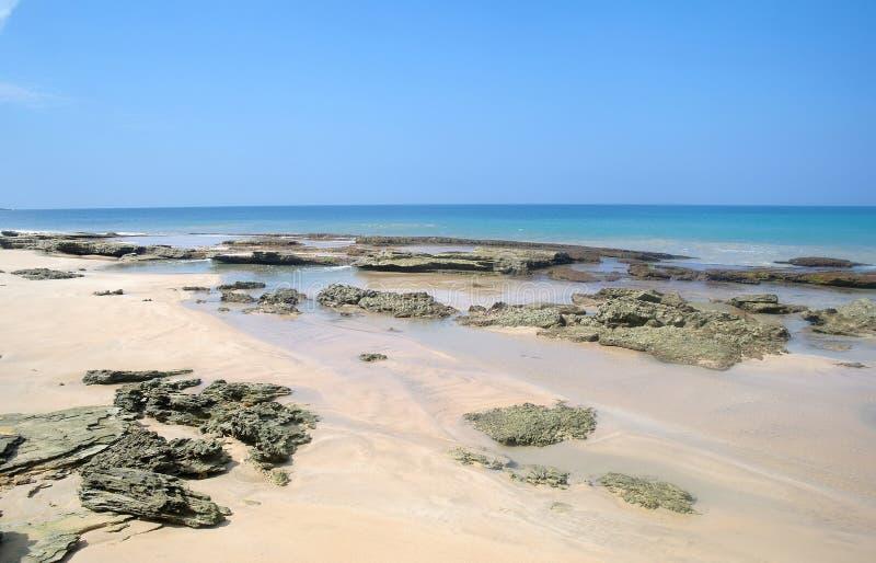 Pierres sur la plage de sable photos stock