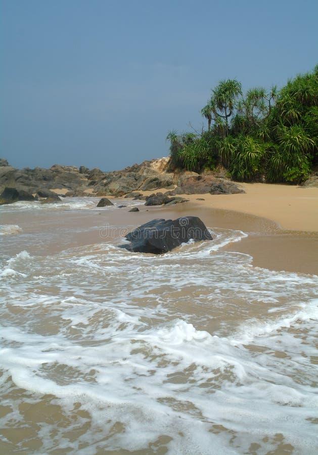 Pierres sur la plage idyllique images libres de droits