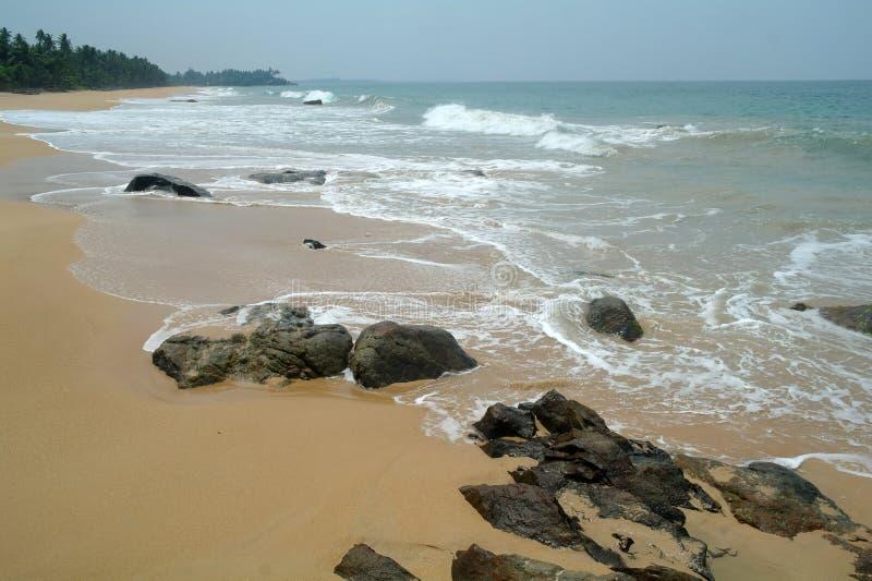 Pierres sur la plage idyllique image stock
