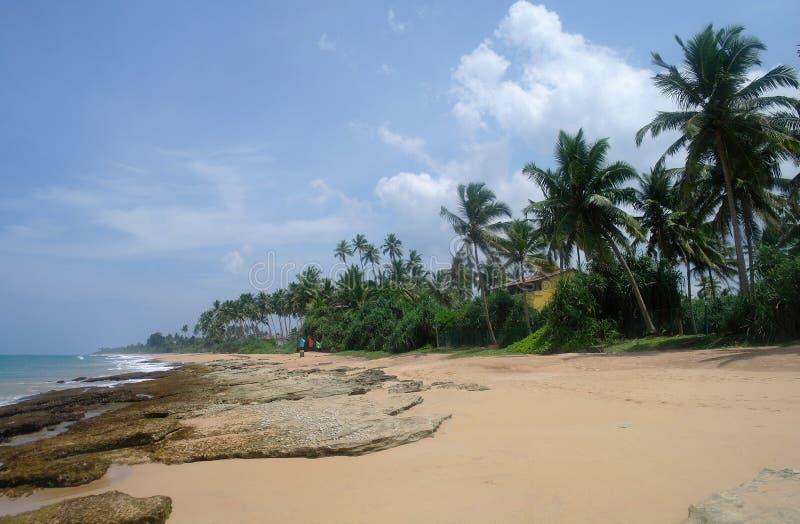 Pierres sur la plage idyllique dans Sri Lanka images stock