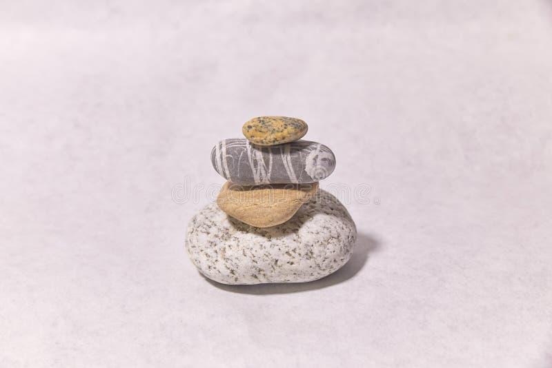 Pierres sur la surface petits objets Pyramide en pierre photo stock