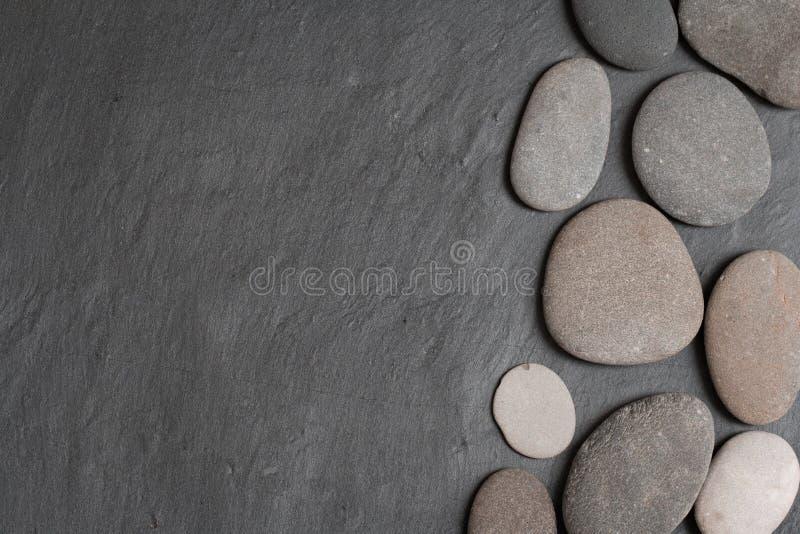 Pierres sur le fond gris photographie stock