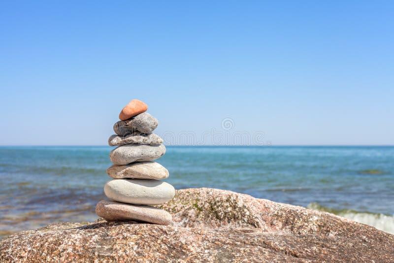 Pierres sur un fond de concept de plage, d'équilibre et d'harmonie images stock