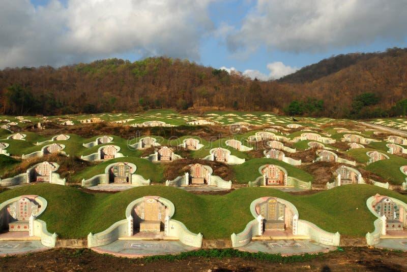Pierres tombales chinoises sur le cimetière en Thaïlande images stock