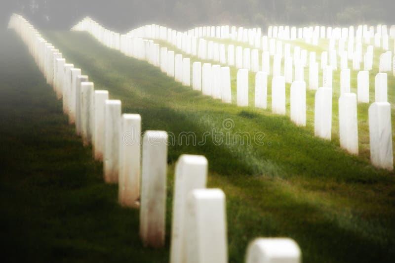 Pierres tombales militaires de cimetière   photos stock