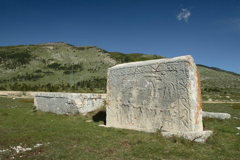 Pierres tombales sur le plateau Dugo Polje en Bosnie images libres de droits