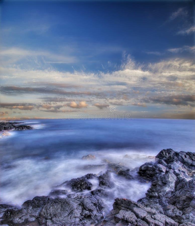 Pierres volcaniques d'Hawaï en mer photos stock