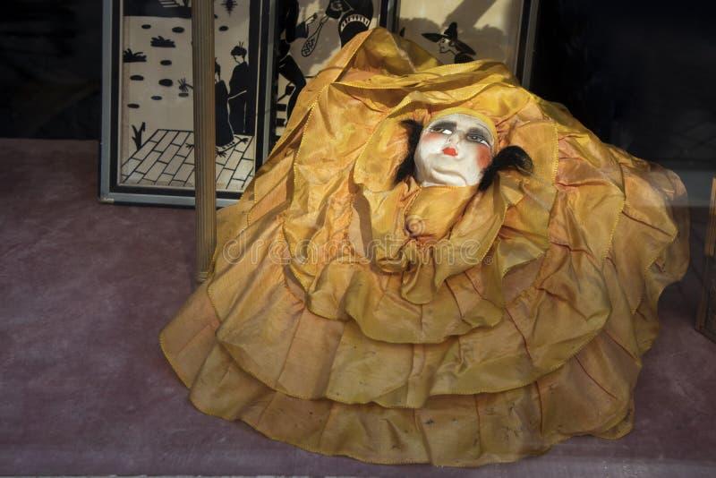 Pierrot antiguo de la muñeca en la ventana de una tienda antigua imagenes de archivo