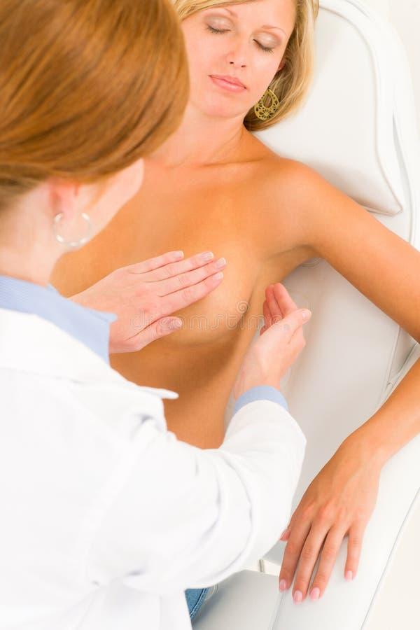 piersi lekarka egzamininuje cierpliwą chirurgię plastyczną zdjęcia stock