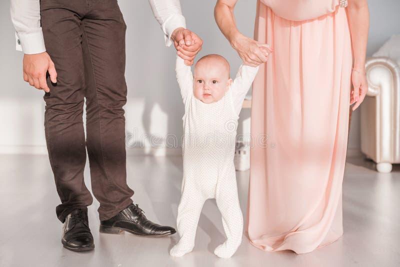 Pierwsi kroki dziecko Rodzice uczą syna spacer zdjęcia royalty free