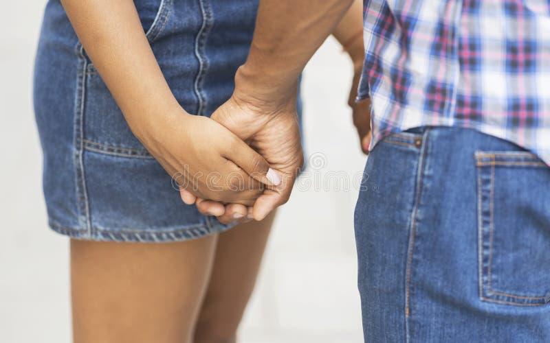 pierwsza mi?o?? Para trzyma ręki outdoors romantyczni wiek dojrzewania zdjęcie royalty free