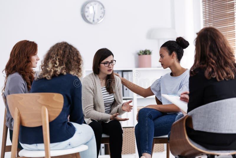 Pierwsze spotkanie kobiet zagadnie? grupy pomocy spotkanie, grupowy terapii poj?cie zdjęcie royalty free