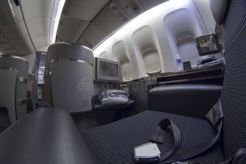 Pierwszej klasy siedzenie na Boeing 777-300 w handlowym samolocie obrazy stock