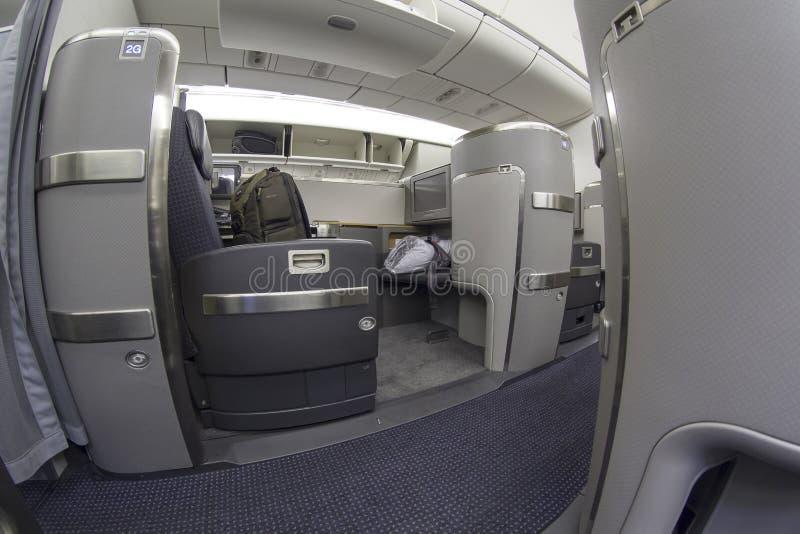 Pierwszej klasy siedzenie na Boeing 777-300 w handlowym samolocie obrazy royalty free