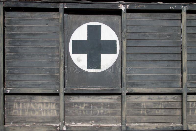Pierwszej Pomocy czerni krzyż na drewnie na Starym Retro Ambulansowym samochodzie zdjęcie royalty free
