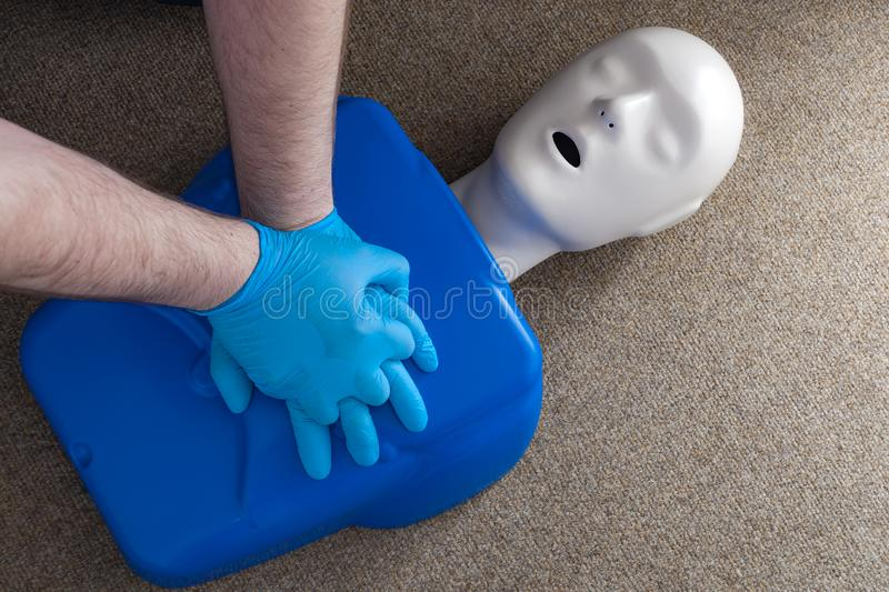 Pierwszej pomocy i cardiopulmonary resuscitation szkolenie na CPR atrapie, ludzka kształtna lala używać ulepszać technikę i umiej obraz stock