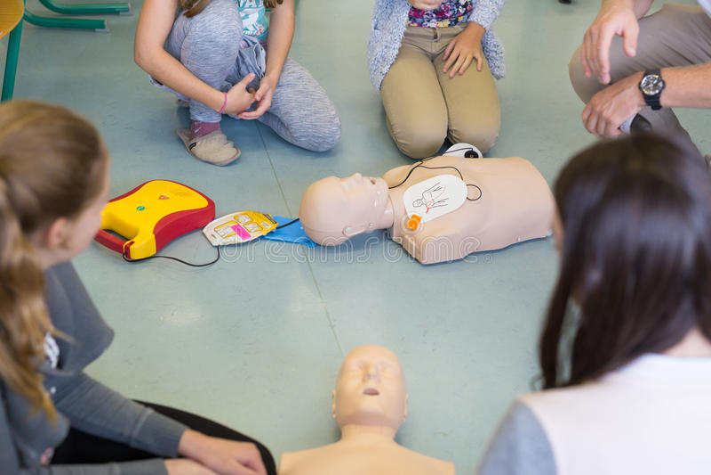 Pierwszej pomocy resuscitation kurs używać AED fotografia royalty free