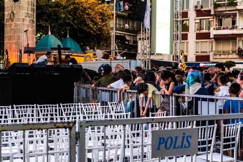 Pierwszy dzień Roczny Złoty Buttonwood festiwal muzyki W Cinarcik miasteczku - Turcja fotografia royalty free
