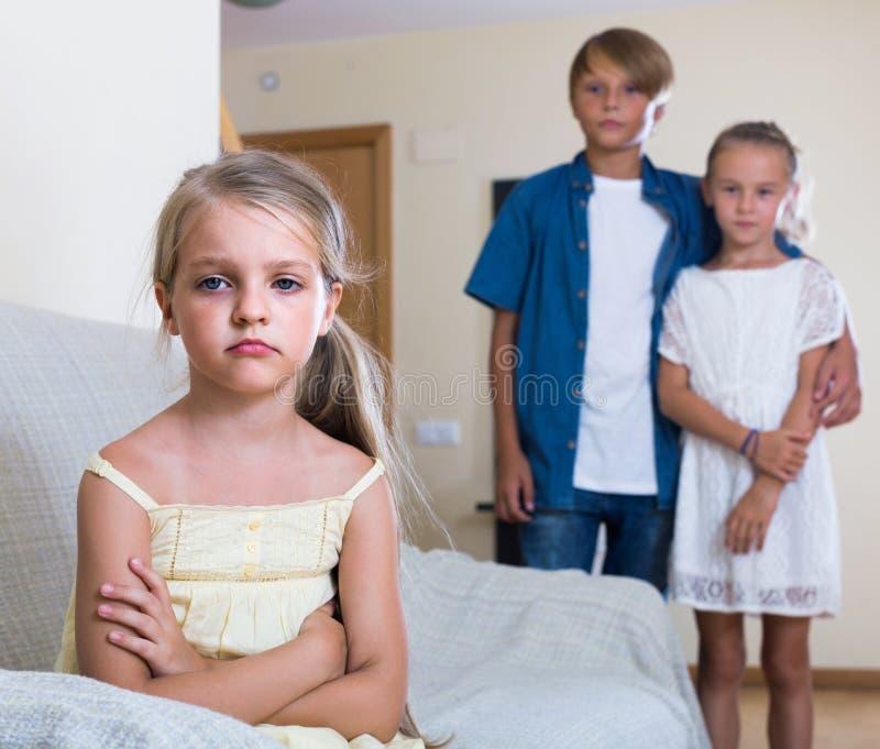 Pierwszy kochliwość: dziewczyna i para dzieciaki oddzielnie fotografia royalty free