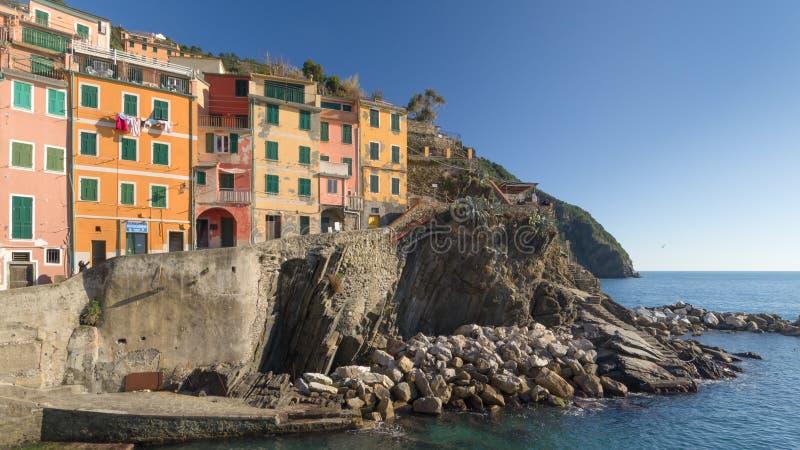 Pierwszy mieści przegapiać morze, Riomaggiore, 5 terre, Liguria, Włochy zdjęcie stock