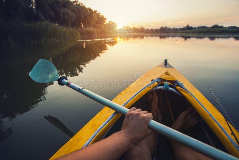 Pierwszy osoba widok kayaking przez jasnej rzeki obrazy royalty free