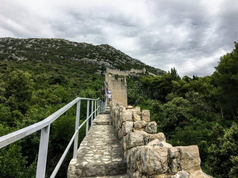 Pierwszy osoby punkt widzenia perspektywiczny patrzeć bezpośrednio w górę ścian Ston, w antycznym miasteczku Ston, Chorwacja fotografia stock