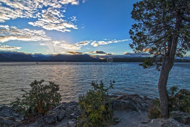 Pierwszy promień słońce nad halnym jeziorem zdjęcie royalty free