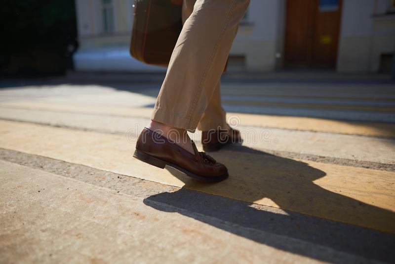 Pies de hombres de negocios que caminan en cebra del paso de peatones fotos de archivo