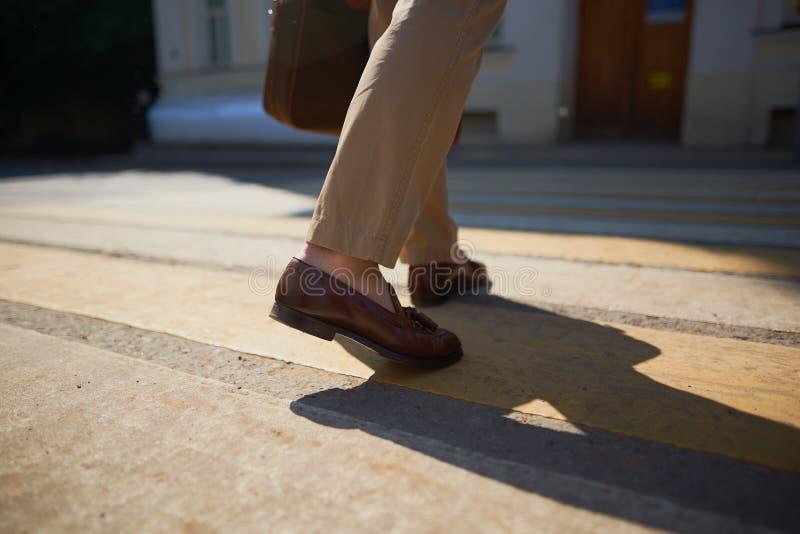 Pies de hombres de negocios que caminan en cebra del paso de peatones fotos de archivo libres de regalías