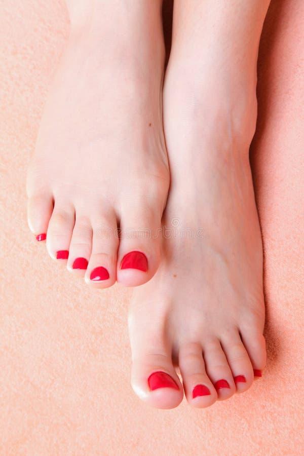Pies De La Mujer Con Los Uñas Del Dedo Del Pie Rojos En La Toalla Imagen De Archivo Imagen De Rojo Pulimento 26098923