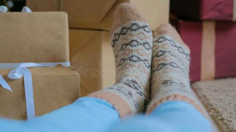 Pies de la mujer en calcetines calientes imagen de archivo